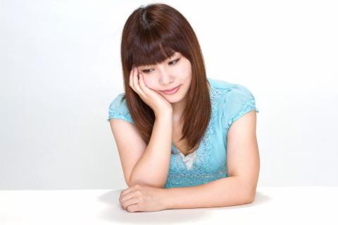 悩む女性N112_hooduewotukujyosei